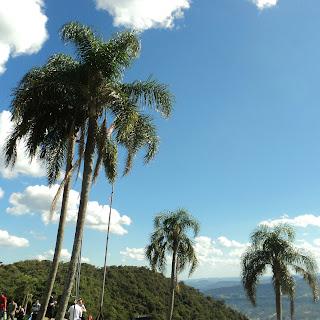 Pessoas Observam Voo de Parapente  no Ninho das Águias, em Nova Petrópolis