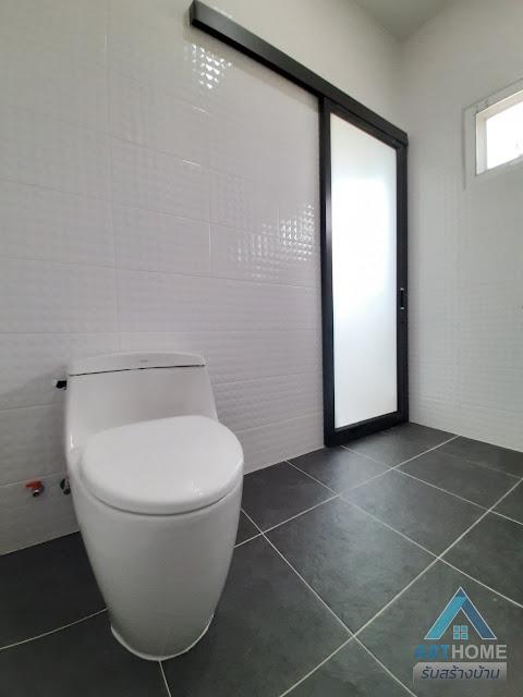 1 ใน 3 ห้องน้ำของบ้านราคา 2.14 ล้านบาท