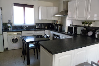 Diseño de cocina blanco con negro
