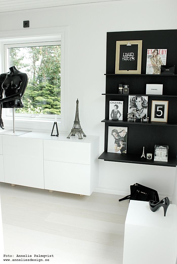walk in closet, wic, öppen garderob, garderober, poster, posters, print, prints, vykort, siffror, bokstäver, svartvita, svartvit, svart och vitt, svart hylla, hyllan, skyltdocka, vitt, vit, vita, annelies design, webbutik, webbutiker, webshop, inredning, diy hylla, eiffeltorn prydnad, dekorationer, dekorationer, shelf, chanel, I need more shoes, tavlor med text, böcker, magasin,