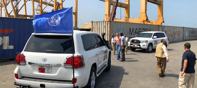 Personal de la ONU recibe carga de suministros humanitarios para Yemen en el puerto de Hudaydah.UNMHA