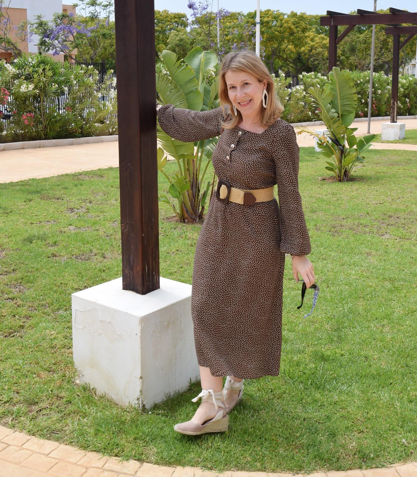 Look_con_vestido_marrón_de_lunares