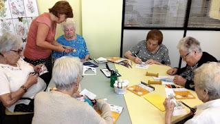 Usuàries d'Aviparc al taller de manualitats