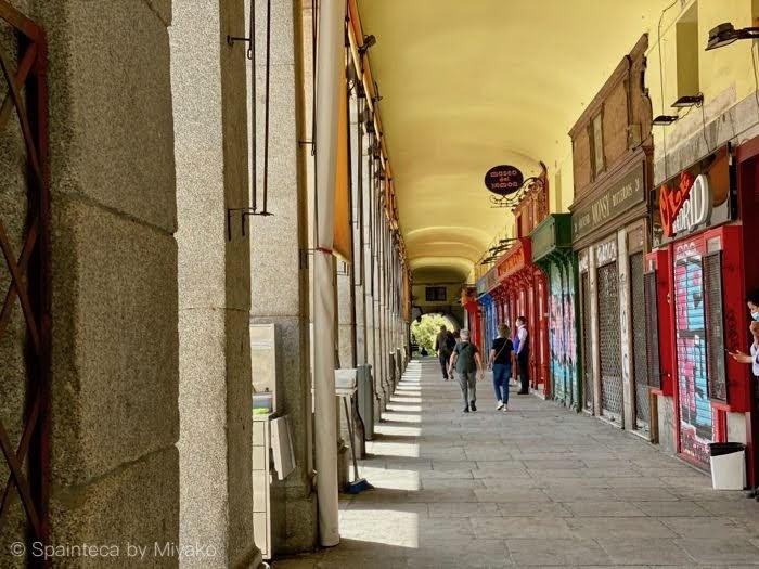 Plaza Mayor Madrid 店舗の閉まっているマドリードのマヨール広場の回廊を歩く人々