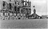 Ołtarz komunistów pod murem pińskiego kościoła Jezuitów, fot. Muzeum Białoruskiego Polesia w Pińsku/ Materiały prasowe wydawnictwa Znak