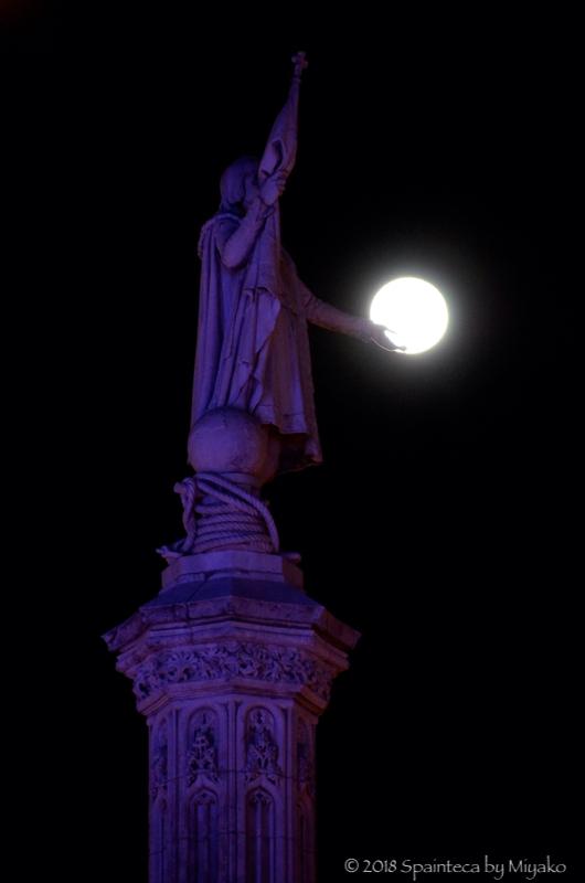 マドリードのコロンブスの像とスーパームーン
