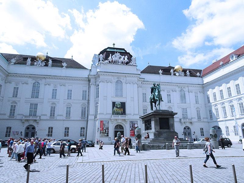 Wien_Vienna_Daytrip_Travel_Guide_Austrian_National_Library_Josefsplatz-9f