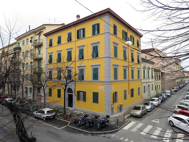 Edificio appena ridipinto in viale Marconi, Livorno