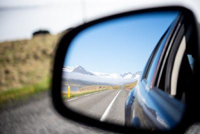Carretera asfaltada y despejada que asegura un tiempo de conducción en Islandia menor