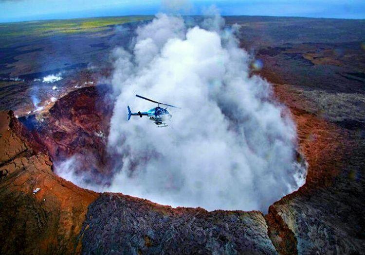 Kilauea Dağı'nda yaşanan helikopter kazası sonrası birçok kurtarma ekibi olay yerine akın etti.