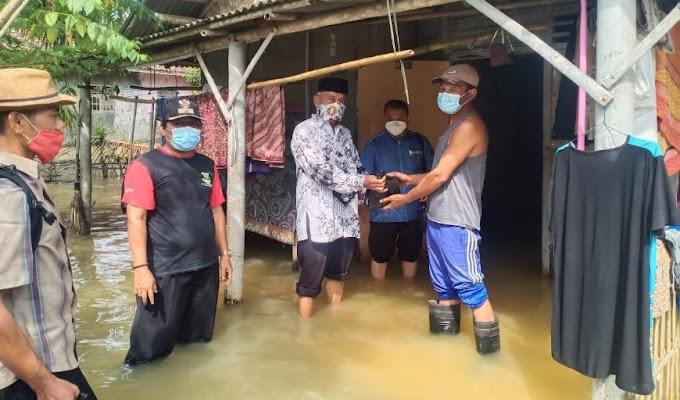 PGRI Mekar Baru Berikan Bantuan Korban Banjir di Desa Kedung Gunung Kaler