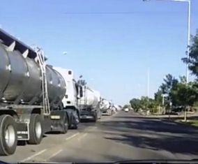 Se ve la cola de camiones en la puerta de un establecimiento de la gigante RPB