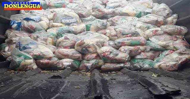 Pobladores de Vargas recibieron sus bolsas CLAP en un camión de la basura