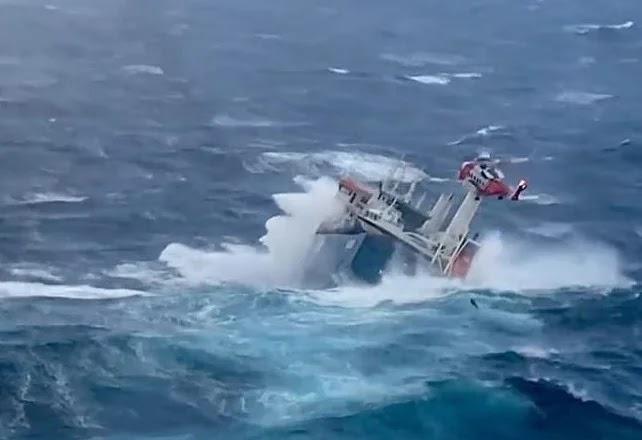 مشهد مروع.. لحظة غرق سفينة هولندية في بحر الشمال.. وهكذا تصرف طاقمها