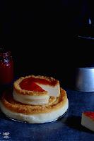 Tarta de queso con yogur griego y mermelada de tomate