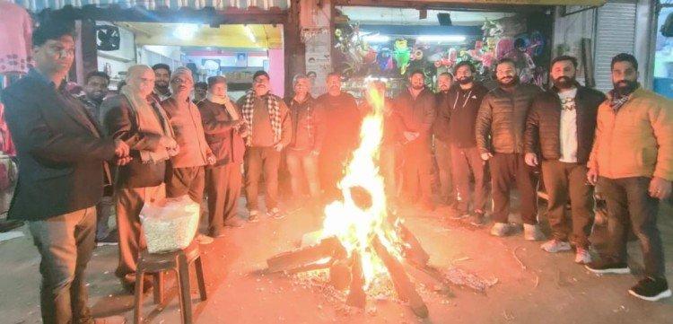 काशीपुर में लोहड़ी मनाते पंजाबी महासभा के लोग। - फोटो : KASHIPUR