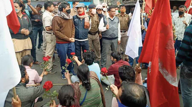 Protest against lathicharge, SFI members gift roses to police personnel
