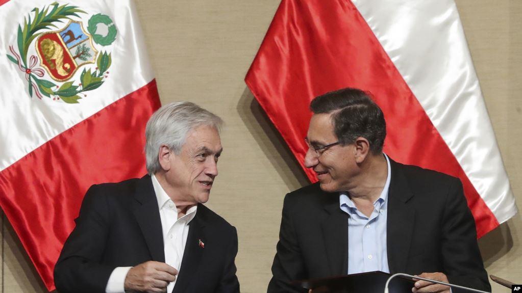 Los presidentes de Chile y Perú firman documentos durante un encuentro binacional en Paracas, Perú, el 10 de octubre de 2019 / AP