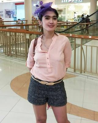 Artis FTV stres pamer Aurat di Mall Revi Mersika