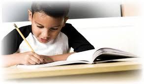 طالب يدرس في المنزل