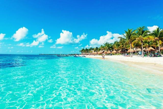 """Playa del Carmen inicialmente se llamaba Xamanhá que en maya significa """"agua del norte"""", con la llegada de los españoles que conquistaron gran parte de los sitios mayas es como se nombró: Playa del Carmen en honor a la Virgen del Carmen que en España es la patrona del mar, por lo que se heredó este culto a los playenses."""