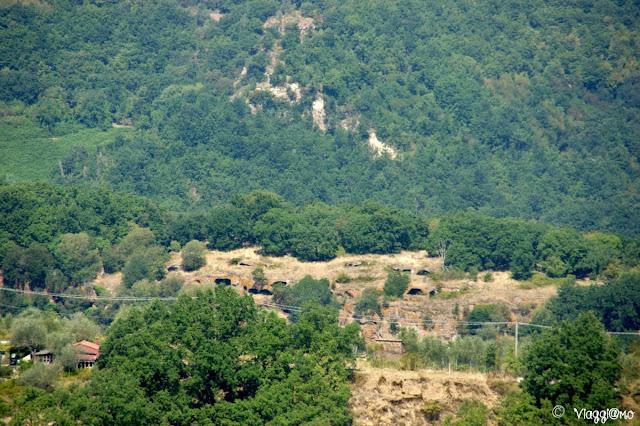 Le grotte presenti nell'abitato rupestre di Monte Casoli nel territorio di Bomarzo