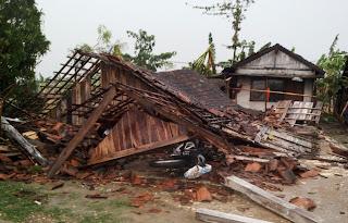 Diterpa Angin Puting Beliung, Satu Keluarga Ini Kerobohan Rumah