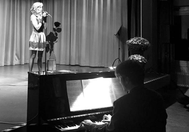 Nils Mille Marburg Klavierunterricht Klavierlehrer Klavierpädagoge Instrumentalunterricht Instrumentalpädagoge Privatunterricht Musik Musikunterricht Musiklehrer Klavier Keyboard E-Bass Pianist Komponist Barpiano Klassik Jazz Rock Pop Klavierunterricht Emilia Blumenberg Französische Chansons Königstein