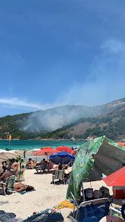 Incêndio atinge vegetação na Prainha em Arraial do Cabo