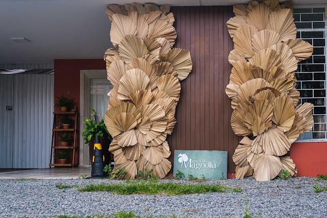 Arranjo de folhas secas em frente a uma casa