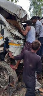 तेज रफ्तार का कहर, अनियंत्रित ट्रक पेड़ से टकराया चालक की हालत गम्भीर