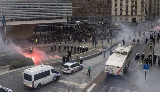 Βρυξέλλες: Συγκρούσεις αστυνομικών με διαδηλωτές για τη μεταναστευτική πολιτική