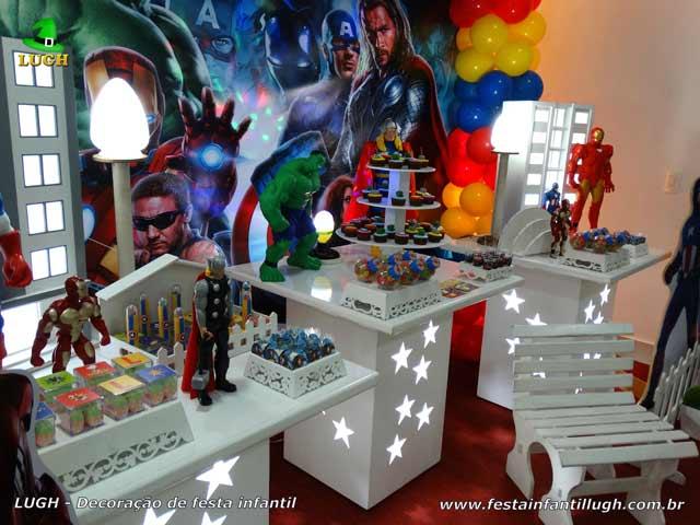 Mesa provençal decorada para festa de aniversário infantil tema Os Vingadores