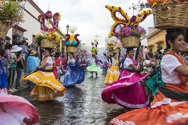 Chinas oaxaqueñas bailando en desfile