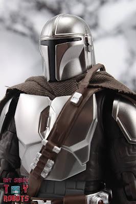 S.H. Figuarts The Mandalorian (Beskar Armor) 01