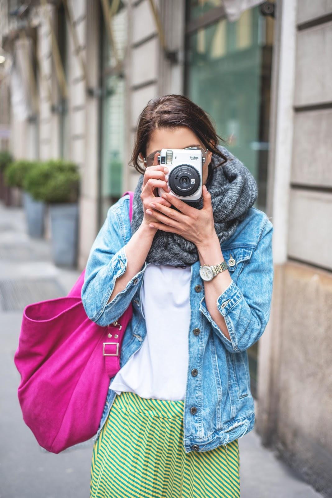 maxi spódnica, plisowana spódnica, maxi, kolorowa stylizacja, kolorowa torebka, blogerka, stylistka poznań, mediolan, milano fashion, shopper bag, denim, kurtka, denim jacket, instax, photo,