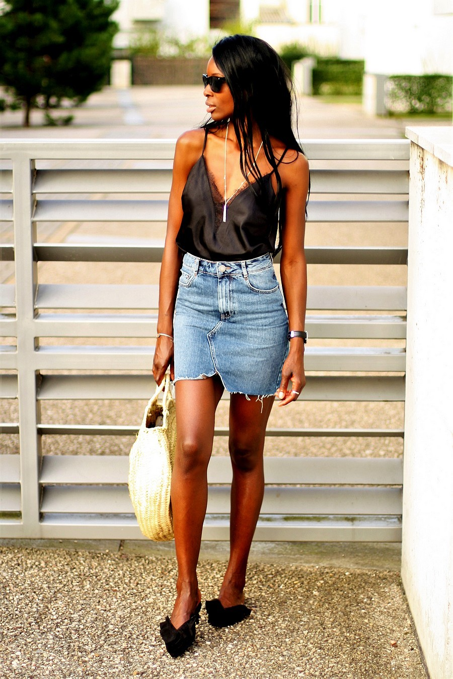 idee-look-tendance-avec-jupe-en-jeans-panier-rond-caraco-dentelle-satin