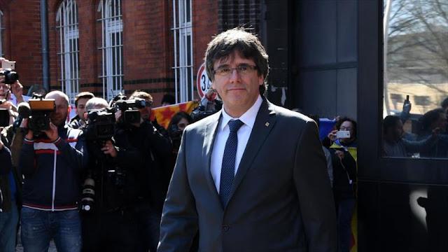 Juez español suspende de cargo público a Puigdemont