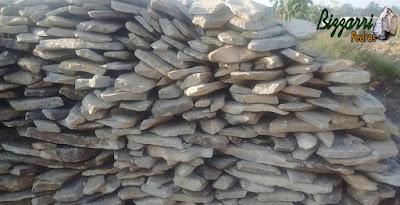 Pedra para revestimento de pedra na parede, do tipo pedra moledo, nesse tom cinza claro, com espessura entre 5 cm a 10 cm.