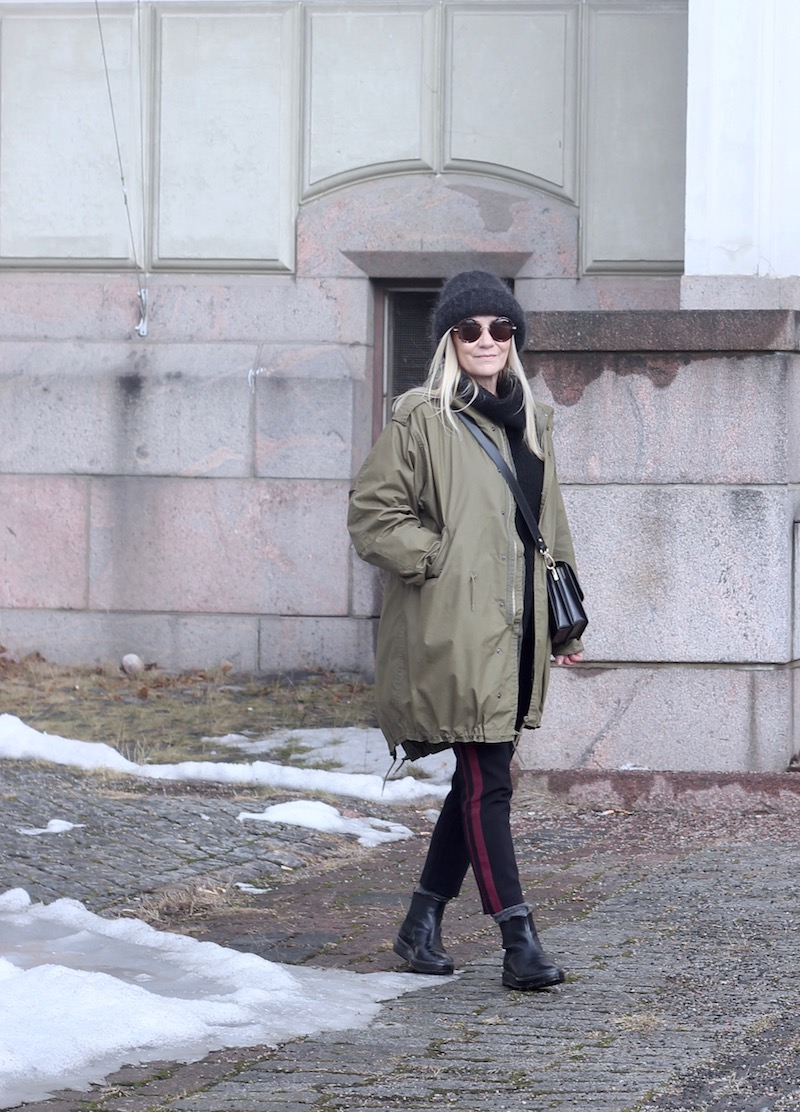 parka cota, side striped pants, beanie, sunnies