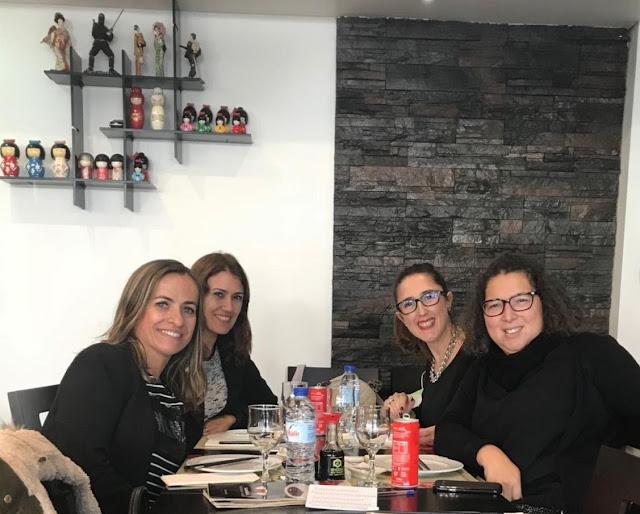 uma das autoras do blog com amigas num almoço