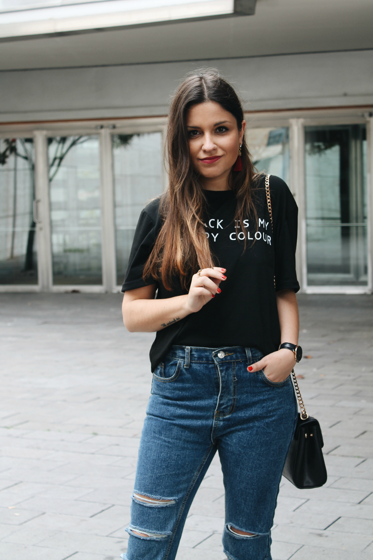 "Look con camiseta negra ""black is my happy colour"" y vaqueros"