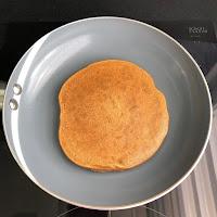 Cuisson des pancakes vegan potiron, châtaigne et graines de courge