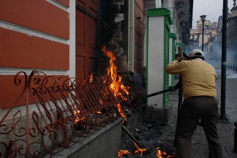 Marchistas prendieron fuego a las puertas de la galería / PÁGINA SIETE / VÍCTOR GUTIÉRREZ