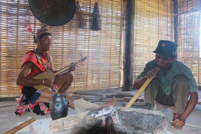 Bên góc bếp nhà sàn truyền thống của người Giẻ Triêng xã Đăk Dục, huyện Ngọc Hồi