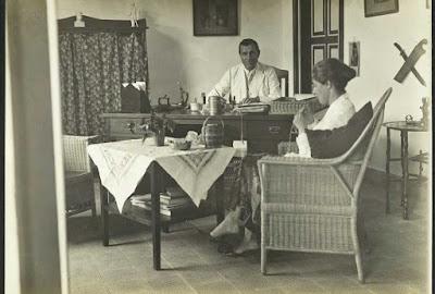 J.G.-Bijdendijk,-hoofd-van-Bangka-tinwinning-te- Muntok,-met-zijn-echtgenote-in-zijn-werkkamer-1929