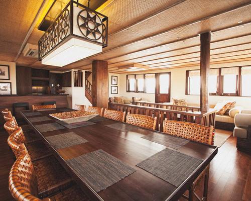 www.Tinuku.com Luxury sailing yacht Phinisi Alila Purnama serving floating boutique hotel