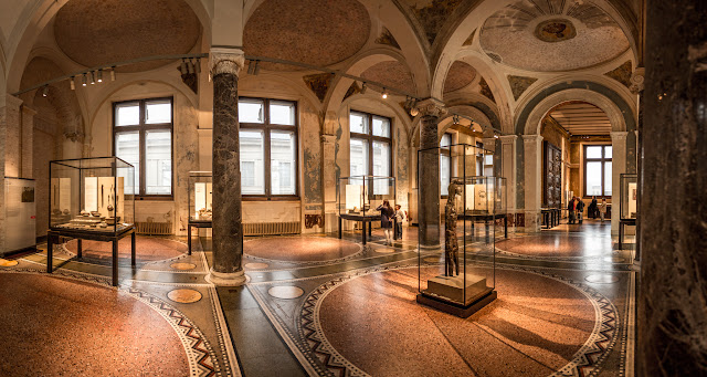 Neues Museum :: 5 x Canon EOS5D MkIII | ISO1600 | Canon 17-40@17mm | f/4.0 | 1/30s