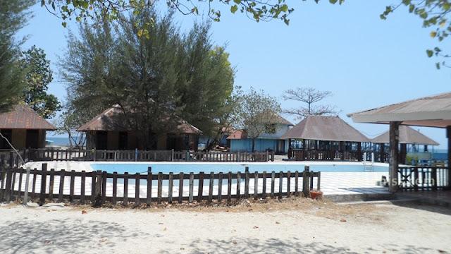 Kolam renang yang kosong