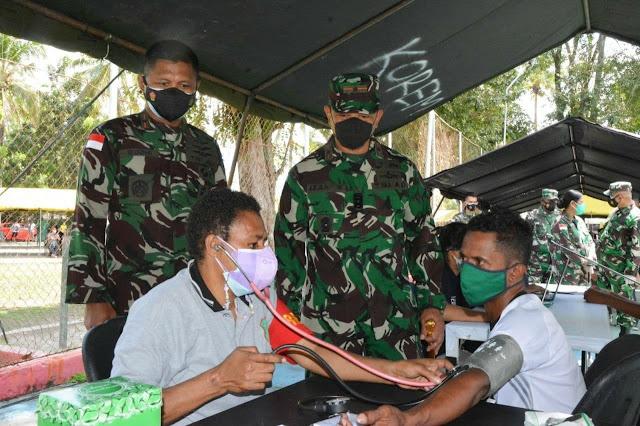 Izak Pangemanan Tinjau Serbuan Vaksinasi Gelombang Kedua TNI-Polri dan Pemkot Jayapura di Waena
